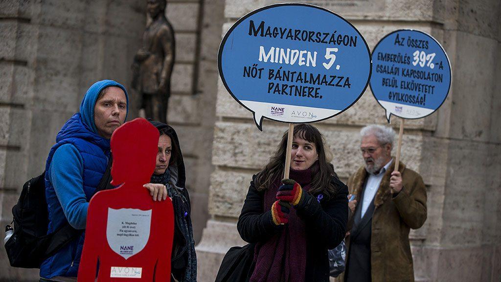 Budapest, 2016. november 26.Résztvevők a Nőkért Együtt az Erőszak Ellen Egyesület (NANE) Néma Tanúk elnevezésű rendezvényén, amelyet a nők elleni erőszak felszámolásának nemzetközi világnapja alkalmából tartottak Budapesten 2016. november 26-án.MTI Fotó: Marjai János