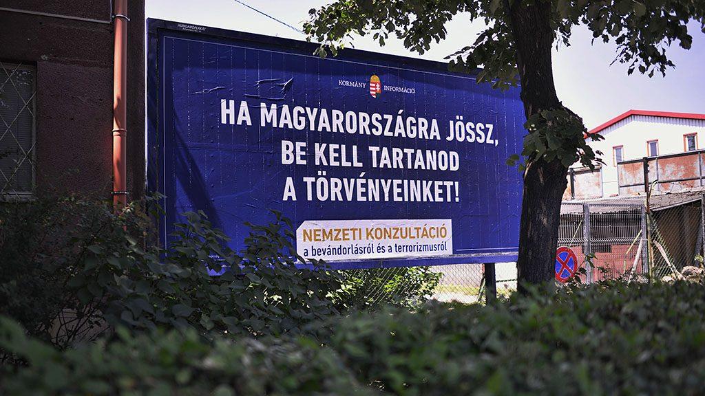 """Budapest, 2015. június 7.A kormány bevándorlásról szóló plakátja a főváros VIII. kerületében, a Hungária körúton 2015. június 7-én. Több helyen megrongálták a plakátokat, ezért a Fidesz feljelentést tesz bűncselekményre felbujtás miatt. Németh Szilárd, az országgyűlési képviselője felszólította Szigetvári Viktort, az Együtt elnökét és párttársait, hogy """"ne uszítsák tovább az embereiket ilyen agresszív és törvénytelen cselekedetek elvégzésére"""".MTI Fotó: Marjai János"""