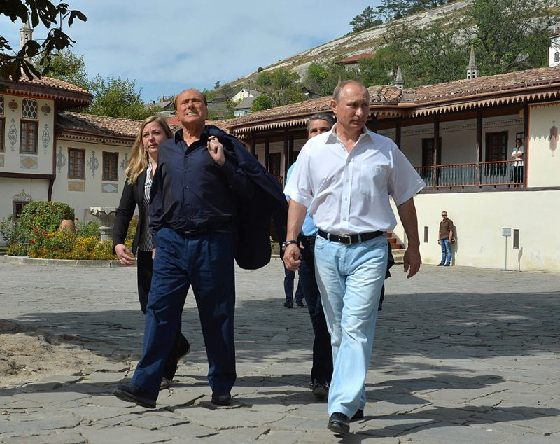 Russian President Vladimir Putin (R) and Italy's former Prime Minister Silvio Berlusconi (2nd L)  visit the Bakhchisaray Historical and Cultural Preserve in Bakhchisaray outside Sevastopol, Crimea on September 12, 2015.  President Vladimir Putin hosted Italy's former leader Silvio Berlusconi for talks in Crimea, during the highest-profile visit by a Western politician to the peninsula since its annexation last yearAFP PHOTO / RIA NOVOSTI / ALEXEI DRUZHININ / AFP PHOTO / RIA NOVOSTI / ALEXEI DRUZHININ