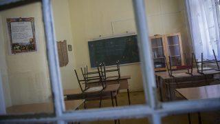 Geszt, 2013. augusztus 2.A geszti Tisza-kastély egyik szobája, amely jelenleg iskolai osztályterem 2013. augusztus 2-án. A geszti Tisza-kastély, amely ma iskolaként működik, felújításával kapcsolatos feladatokról, köztük a Tisza-család kriptájának és a környékbeli utak felújításáról határozott a kormány július végi ülésén.MTI Fotó: Rosta Tibor