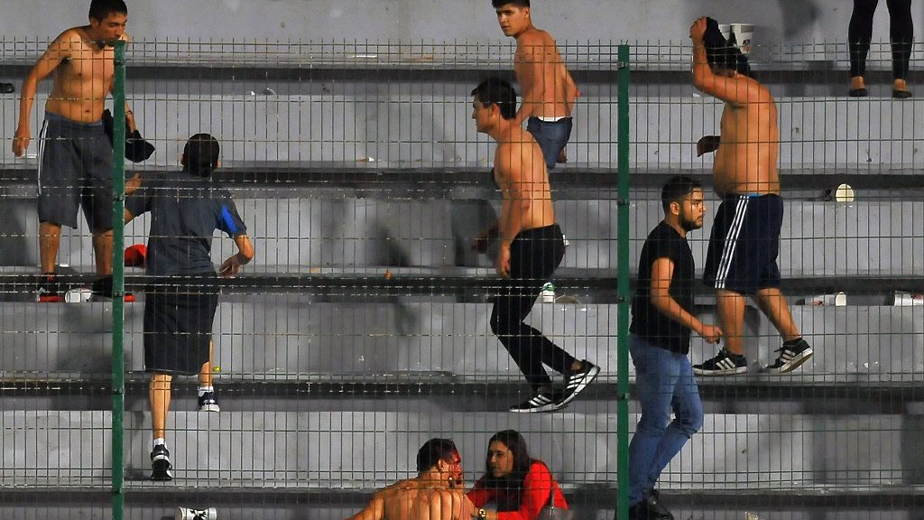 Fans of Veracruz fight against fans of Tigres during their Mexican Clausura 2017 Tournament football match at Luis Pirata Fuente stadium on February 17, 2017, in Veracruz, Mexico. / AFP PHOTO / MARIA CALLS
