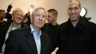 "(FILES) This file photo taken on October 11, 2007 shows French football legends Raymond Kopa (L) and Zinedine Zidane in Colmar during a charity event for the organization for autism research ""Vital'Autiste"".      French football legend Raymond Kopa, winner of three European Cups with Real Madrid (1957, 1958, 1959) and laureate of the best player of the year award in 1958, died on March 3, 2017 at the age of 85 following a long illness, his relatives said. / AFP PHOTO / Frederick FLORIN"