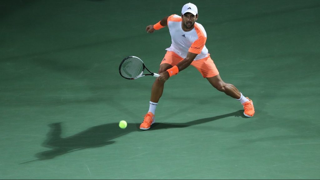 Spain's Fernando Verdasco returns the ball to world number one Andy Murray of Great Britain during their ATP final tennis match, as part of the Dubai Duty Free Championships on March 4, 2017. Murray clinched his first title of 2017 and 45th of his career as he dominated Spain's Fernando Verdasco 6-3, 6-2 to win the Dubai Tennis Championships, claiming the trophy in the emirate for the first time after losing the final five years ago to Roger Federer. / AFP PHOTO / KARIM SAHIB