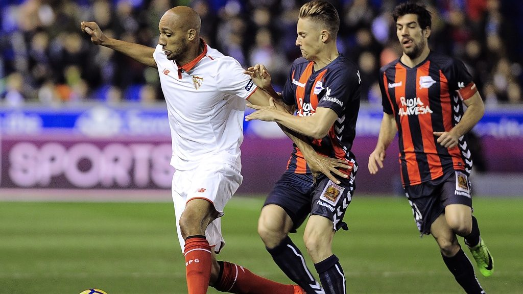 Sevilla's French midfielder Steven Nzonzi (L) vies with Deportivo Alaves' midfielder Marcos Llorente (C) during the Spanish league football match Deportivo Alaves vs Sevilla FC at the Mendizorroza stadium in Vitoria on March 6, 2017. / AFP PHOTO / ANDER GILLENEA