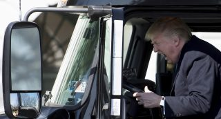 US President Donald Trump sits in the drivers seat of a semi-truck as he welcomes truckers and CEOs to the White House in Washington, DC, March 23, 2017, to discuss healthcare. / AFP PHOTO / JIM WATSON / ALTERNATIVE CROP