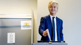 2017-03-15 09:09:31 THE HAGUE - PVV (Freedom Party) leader Geert Wilders casts his vote flanked by security guards at a booth in The Hague, the Netherlands, Wednesday March 15 2017. ANP REMKO DE WAAL