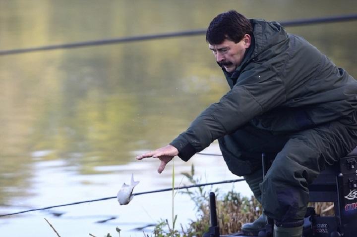 Pilisvörösvár, 2016. október 7. Áder János köztársasági elnök a magyar horgászat nagyköveteinek horgászversenyén a pilisvörösvári Háziréti horgásztavon 2016. október 7-én. MTI Fotó: Kovács Tamás