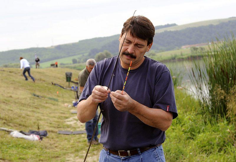 Bátonyterenye, 2015. június 26.Áder János köztársasági elnök készül a horgászversenyre a Magyar Országos Horgász Szövetség (Mohosz) horgászat nagyköveteinek harmadik találkozóján és horgászversenyén a Maconkai víztározónál, Bátonyterenye közelében 2015. június 26-án. Az államfő negyedik lett a versenyen.MTI Fotó: Máthé Zoltán