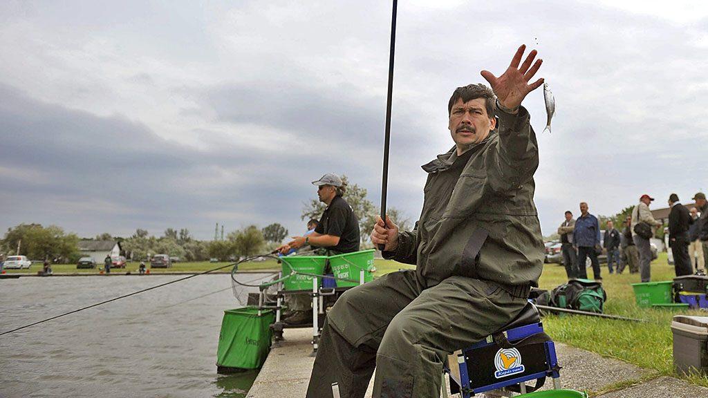Agárd, 2013. május 23.Áder János köztársasági elnök az Agárd-dinnyési csónakkikötőben a Magyar Országos Horgász Szövetség villám horgászversenyén 2013. május 23-án.MTI Fotó: Bruzák Noémi