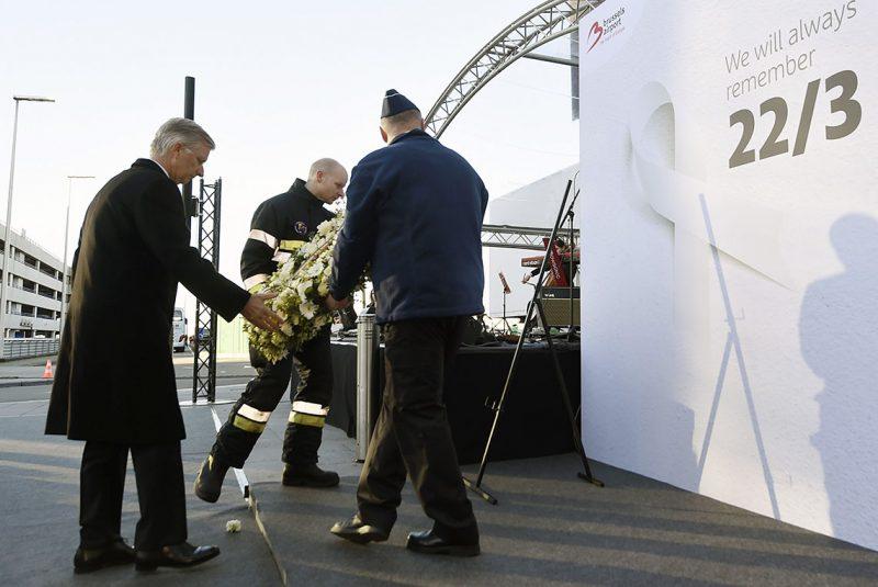Brüsszel, 2017. március 22.Fülöp belga király (b) koszorút helyez el a brüsszeli Zaventem nemzetközi repülőtéren az áldozatok emlékére rendezett megemlékezésen 2017. március 22-én. Egy évvel korábban kettős robbantás történt a repülőtéren, valamint az európai uniós intézmények közelében lévő brüsszeli Maelbeek metróállomáson egy robbantásos merényletet hajtottak végre az Iszlám Állam dzsihadista szervezet terroristái. A merényletek következtében harminckét ember életét vesztette, háromszáznegyvenen megsebesültek. (MTI/AP pool/Didier Lebrun)