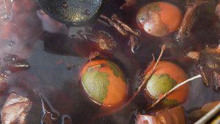 Nyíregyháza, 2010. április 5.Berzseléssel, azaz növénylevél rátétes tojásfestéssel készülő hímestojások főnek a színüket adó hagymás lében a nyíregyházi Sóstói Múzeumfaluban, ahol húsvéthoz kapcsolódó falusi hagyományokat elevenítettek fel.MTI Fotó: Balázs Attila