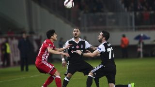 Olympiakos' Norwegian midfielder Tarik Elyounoussi (L) vies for the ball with Besiktas' Portuguese midfiedler Ricardo Quaresma (C) and Turkish defender Gokhan Gonul (R) during the UEFA Europa League round of 16 first leg football match between Olympiakos Piraeus and Besiktas in Athens on March 9, 2017. / AFP PHOTO / ANGELOS TZORTZINIS