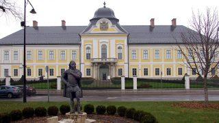 Hatvan, 2016. november 19.Grassalkovich I. Antal gróf (1694-1771), a település fejlesztésében egykor nagy szerepet játszott főnemes emlékműve a város központjában, a Kossuth téren, az általa építtetett és a nevét viselő kastély előtt. A 2006-ban felavatott szobor alkotója Balog Kálmán szobrászművész.MTVA/Bizományosi: Jászai Csaba ***************************Kedves Felhasználó!Ez a fotó nem a Duna Médiaszolgáltató Zrt./MTI által készített és kiadott fényképfelvétel, így harmadik személy által támasztott bárminemű – különösen szerzői jogi, szomszédos jogi és személyiségi jogi – igényért a fotó készítője közvetlenül maga áll helyt, az MTVA felelőssége e körben kizárt.