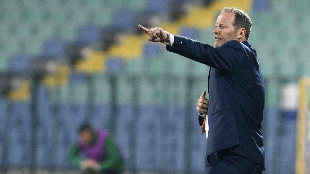 Netherland's head coach Danny Blind gestures during the FIFA World Cup 2018 qualifying football match between Bulgaria and Netherland in Sofia on March 25, 2017.    / AFP PHOTO / NIKOLAY DOYCHINOV
