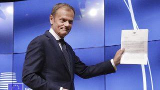 Brüsszel, 2017. március 29. Donald Tusk, az Európai Tanács elnöke mutatja a Theresa May brit miniszterelnök által aláírt, a Lisszaboni Szerzõdés 50. cikkelyének aktiválását bejelentõ levelet brüsszeli sajtótájékoztatóján, amelyet Tim Barrow brit EU-nagykövettõl vett át 2017. március 29-én. Az 50. cikkely aktiválása hivatalosan elindítja a brit EU-tagság megszûnéséhez vezetõ folyamatot, kétévi idõtávlatot meghatározva a brit kilépés feltételeirõl szóló tárgyalásokra. (MTI/AP/Olivier Matthys)