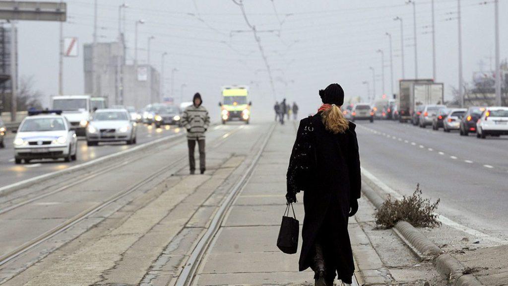 Budapest, 2010. január 14.Gyalogosok sétálnak az 1-es villamos vágányai között a Hungária körúton, a Kacsóh Pongrác úti felüljárón a határozatlan idejű BKV-sztrájk harmadik napján.MTI Fotó: Kovács Attila