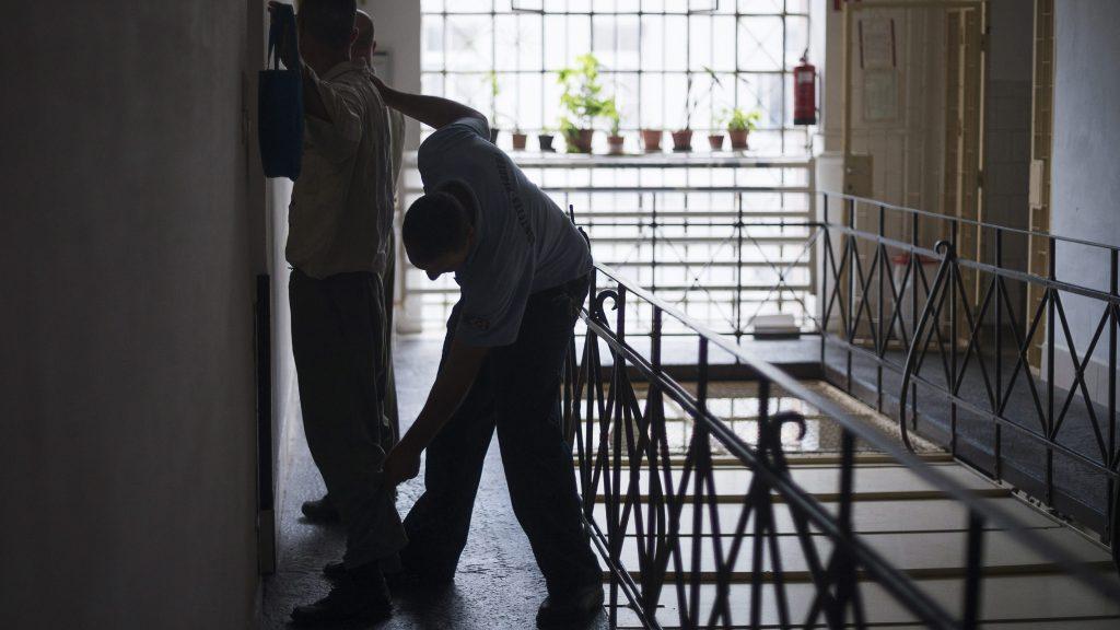 Nyíregyháza, 2013. július 23.  Egy fogvatartott ruházatát vizsgálja át egy õr a Szabolcs-Szatmár-Bereg Megyei Büntetés-végrehajtási Intézetben, Nyíregyházán 2013. július 23-án. Északkelet-Magyarország négy büntetés-végrehajtási (bv) intézetében az országos átlagot meghaladó, 200 százalékos a telítettség, közölte Tóth László, a Belügyminisztérium gazdasági és informatikai helyettes államtitkára 2013. július 10-én a debreceni bv-intézetben, ahol átadta az új  bástyafalat és õrtornyot. Mivel az utóbbi két évben nõtt a fogvatartottak száma, a következõ három évben bõvítik az északkelet-magyarországi bv-intézeteket, és zöldmezõs beruházás keretében új, ezerszemélyes börtönt is építenek. MTI Fotó: Balázs Attila
