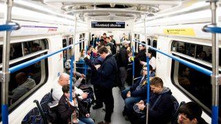Budapest, 2017. március 20. Utasok az M3-as vonalon közlekedõ elsõ felújított metrószerelvényen Budapesten 2017. március 20-án. MTI Fotó: Balogh Zoltán
