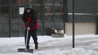 New York, 2017. március 14. Havat lapátol egy férfi New Yorkban 2017. március 14-én. (MTI/EPA/Andrew Gombert)