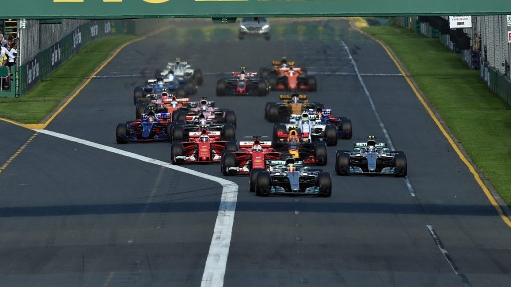 Formula One cars roll out at the start of the Formula One Australian Grand Prix in Melbourne on March 26, 2017. / AFP PHOTO / SAEED KHAN / -- IMAGE RESTRICTED TO EDITORIAL USE - STRICTLY NO COMMERCIAL USE --
