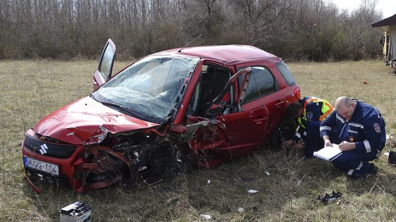 Helvécia, 2017. március 20. Összeroncsolódott személyautó mellett helyszínelnek rendõrök 2017. március 20-án az 54-es úton, Kecskemét és Helvécia között, ahol két autó frontálisan összeütközött. A balesetben egy férfi meghalt, többen megsérültek. Egy teherautó az út menti árokba hajtott, hogy elkerülje az ütközést a karambolozó jármûvekkel. MTI Fotó: Donka Ferenc