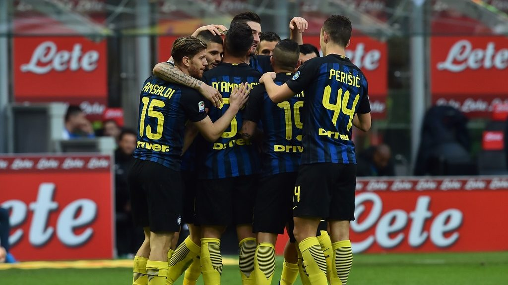 """Inter Milan's midfielder from Italy Roberto Gagliardini (C) celebrates with teammates after scoring a goal during the Italian Serie A football match Inter Milan vs Atalanta at """"San Siro"""" Stadium in Milan on March 12, 2017.  / AFP PHOTO / GIUSEPPE CACACE"""