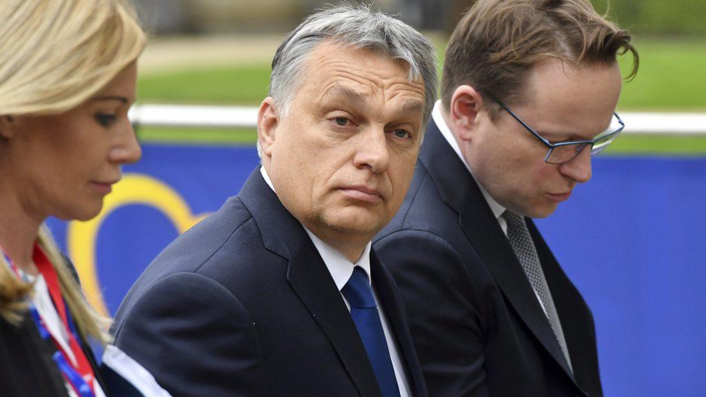 Brüsszel, 2017. március 9. Orbán Viktor miniszterelnök (k) és Várhelyi Olivér nagykövet, a brüsszeli Állandó Képviselet vezetõje érkezik az Európai Néppárt (EPP) ülésére, amelyet az Európai Unió brüsszeli csúcstalálkozója elõtt tartanak 2017. március 9-én. (MTI/AP/Geert Vanden Wijngaert)