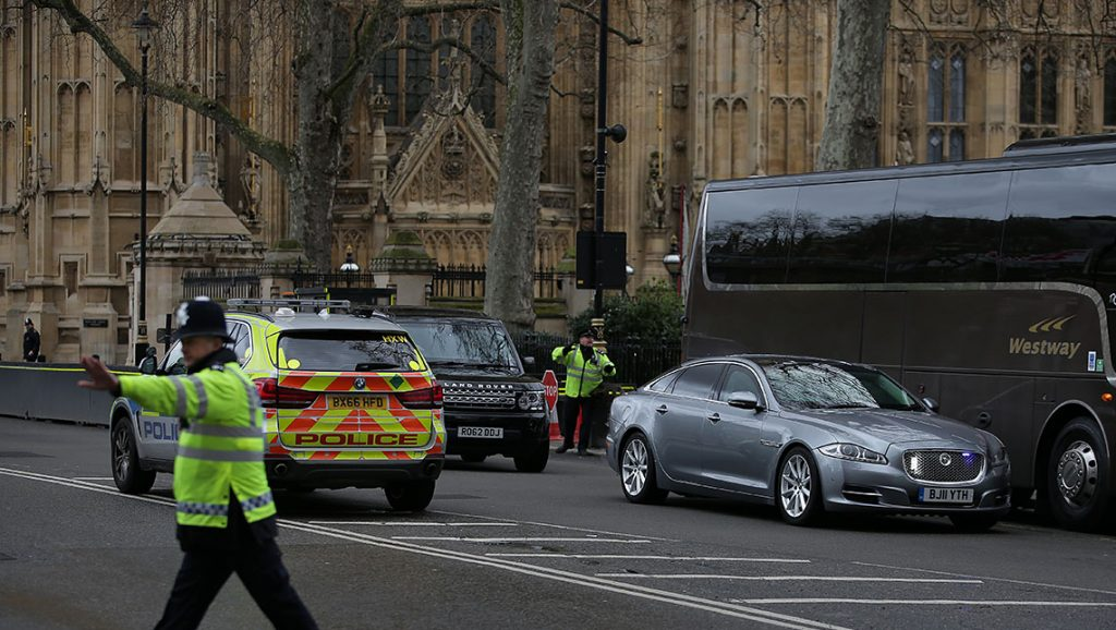 The Jagaur car of British Prime Minister Theresa May (R) is driven away from the Houses of Parliament in central London on March 22, 2017 during an emergency incident. / AFP PHOTO / Daniel LEAL-OLIVAS