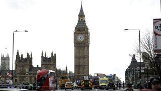 London, 2017. március 22.Kordonnal zárják le a Westminster-hidat a járműforgalom elől a brit parlament londoni épülete közelében, ahol lövöldözés történt 2017. március 22-én. Az első jelentések több sebesültről szólnak, a parlament és a vele szomszédos képviselőház épületét a rendőrség kiürítette. (MTI/AP/Matt Dunham)