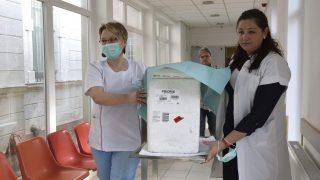 Makó, 2017. március 6. Egészségügyi dolgozók kanyaró elleni oltóanyagot tartalmazó hûtõládát visznek a makói kórházban kialakított oltópontra 2017. március 6-án. Március 4-én a Csongrád Megyei Egészségügyi Ellátóközpont makói telephelyén az egészségügyi személyzet körében kimutatott kanyarómegbetegedések miatt zárlatot rendeltek el a makói kórház fekvõbetegeket ellátó osztályain és sürgõsségi részlegén. MTI Fotó: Kelemen Zoltán Gergely