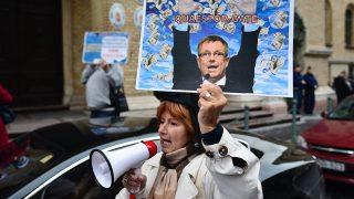 Budapest, 2016. október 13.Egy résztvevő a Quaestor-károsultak demonstrációján a Fővárosi Törvényszék épületénél, mielőtt a csalással, sikkasztással és más bűncselekményekkel vádolt Tarsoly Csaba meghallgatásával elkezdődött az ellene és társai ellen indított büntetőügy bizonyítási eljárása 2016. október 13-án.MTI Fotó: Marjai János