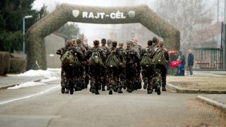 Szentendre, 2017. február 17. A tízhetes alapkiképzésen részt vevõ szerzõdéses legénységi állományú katonák és pályakezdõ tisztek és altisztek futnak a CISM Day Run futónapon az MH Altiszti Akadémia udvarán Szentendrén 2017. február 17-én. A Nemzetközi Katonai Sporttanács (CISM) 1948. február 18-án alakult meg. 2006 óta minden évben ezen a napon a tagországok közös futással ünneplik az évfordulót. A Magyar Honvédség 2016-ban csatlakozott a CISM Day Run futónaphoz, az alakulat állománya idén a százezer kilométer összesített futás teljesítését tûzte ki célul. MTI Fotó: Koszticsák Szilárd