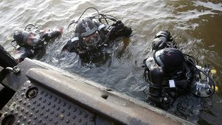 Divers search the river Elbe for the missing HSV employee at the jetties in Hamburg, Germany, 12 January 2017. Five days after the mysterious disappearance of Timo Kraus, head of merchandising for German Bundesliga football club Hamburg SV, divers are searching the river Elbe. Photo: Bodo Marks/Bodo Marks