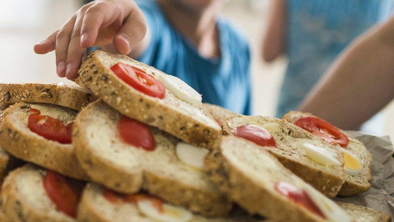 Nyíregyháza, 2014. május 10. Tojásos, paradicsomos vajas rozskenyeret osztanak tízóraira a nyíregyházi Görögkatolikus Általános Iskolában 2014. május 9-én. Megjelent a szeptember elsejétõl hatályos közétkeztetésrõl szóló rendelet, amely részletesen szabályozza a többek között az iskolai menzákon, kórházakban adandó ételek elkészítését és tápanyagtartalmát. Tilos lesz többek között a szénsavas, vagy cukrozott üdítõ, a magas zsírtartalmú húskészítmény, s rögzítették azt is, hogy nem tehetnek az asztalra só- és cukortartót. Elõírták továbbá, hogy a közétkeztetésben fokozatosan csökkenteni kell a napi bevitt só mennyiségét. MTI Fotó: Balázs Attila