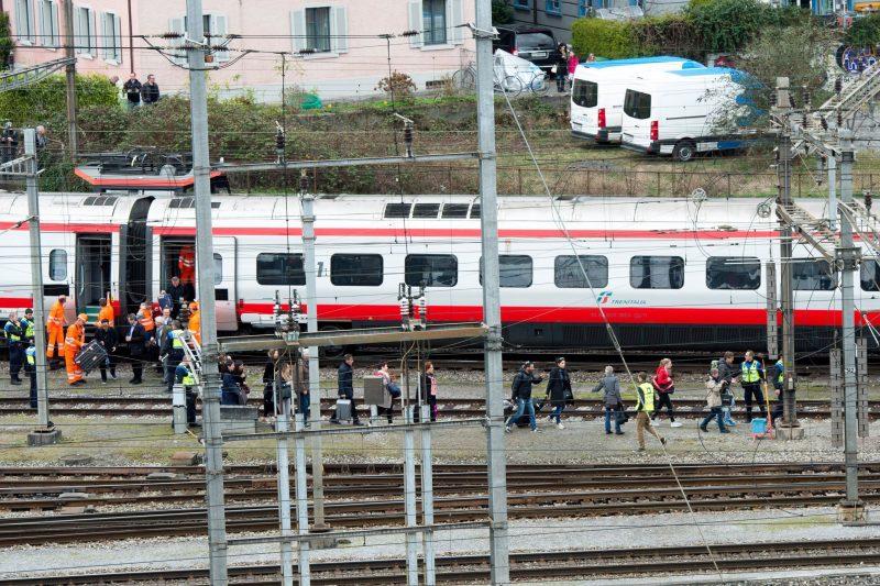 Luzern, 2017. március 22. Az EuroCity vasúttársaság Milánó és Bázel között közlekedõ járatának kisiklott szerelvényét hagyják el utasok a svájci Luzern pályaudvarán 2017. március 22-én. Személyi sérülésrõl egyelõre nem érkezett jelentés. (MTI/EPA/Urs Flüeler)