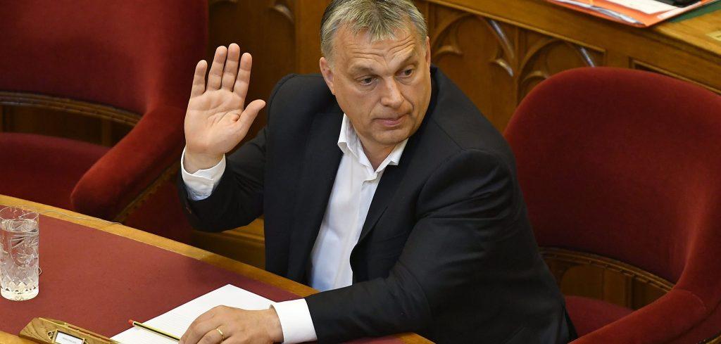 Budapest, 2017. április 3. Orbán Viktor miniszterelnök szavaz az Országgyûlés plenáris ülésén 2017. április 3-án. MTI Fotó: Illyés Tibor