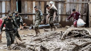 Handout picture released by the Colombian Army press office showing soldiers helping to evacuate locals following mudslides caused by heavy rains, in Mocoa, Putumayo department, on April 1, 2017. Mudslides in southern Colombia -caused by the rise of the Mocoa River and three tributaries- have claimed at least 16 lives and injured some 65 people following recent torrential rains, the authorities said.   / AFP PHOTO / EJERCITO DE COLOMBIA / HO / RESTRICTED TO EDITORIAL USE - MANDATORY CREDIT AFP PHOTO /  EJERCITO DE COLOMBIA - NO MARKETING - NO ADVERTISING CAMPAIGNS - DISTRIBUTED AS A SERVICE TO CLIENTS