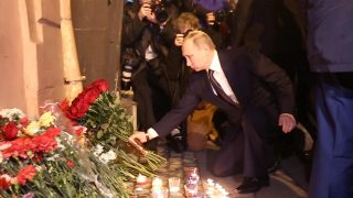 Russian President Vladimir Putin places flowers in memory of victims of the blast in the Saint Petersburg metro outside Technological Institute station on April 3, 2017. / AFP PHOTO / STR