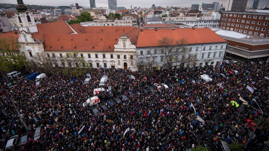 Demonstrators hold up flags of Slovakia during an anti-corruption rally in Bratislava, Slovakia, on April 18, 2017.  Thousands of protesters joined a protest march against corruption  organised by secondary school students. They are calling for the removal of Interior Minister, Robert Kalinak , Police Corps President, Tibor Gaspar and Special Prosecutor, Dusan Kovacik, from their posts. / AFP PHOTO / VLADIMIR SIMICEK