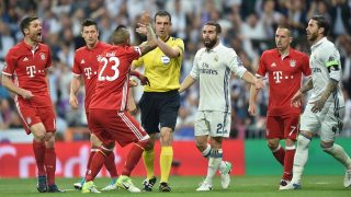 (L-R) Bayern Munich's Spanish midfielder Xabi Alonso, Bayern Munich's Polish striker Robert Lewandowski , Bayern Munich's Chilian midfielder Arturo Vidal, Real Madrid's defender Dani Carvajal, Bayern Munich's French midfielder Franck Ribery and Real Madrid's defender Sergio Ramos discuss with Hungarian referee Viktor Kassai (C) during the UEFA Champions League quarterfinal second leg football match Real Madrid vs FC Bayern Munich at the Santiago Bernabeu stadium in Madrid, Spain, on April 18, 2017. / AFP PHOTO / Christof STACHE