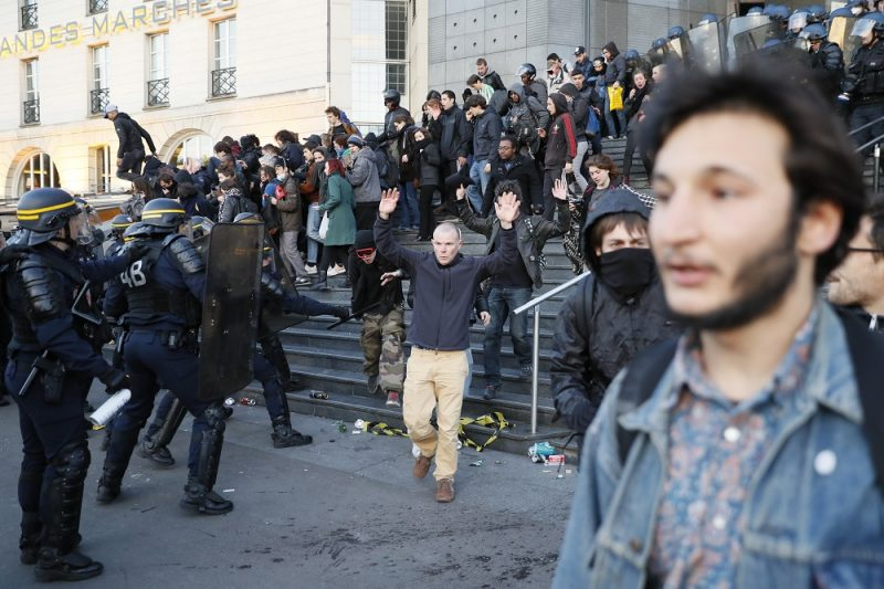 Anti-fascists clash with anti-riot police forces as they demonstrate in Paris on April 23, 2017 following the announcement of the results of the first round of the Presidential election. Centrist Emmanuel Macron finished ahead of far-right leader Marine Le Pen on Sunday to qualify alongside her for the runoff in France's presidential election, initial projections suggested.  / AFP PHOTO / THOMAS SAMSON