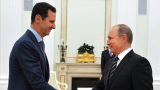 Russian President Vladimir Putin (R) shakes hands with his Syrian counterpart Bashar al-Assad (L) during their meeting at the Kremlin in Moscow on October 20, 2015. Syria's embattled President Bashar al-Assad made a surprise visit to Moscow on October 20 for talks with Russian President Vladimir Putin, his first foreign trip since the conflict erupted in 2011.  AFP PHOTO / RIA NOVOSTI / KREMLIN POOL / ALEXEY DRUZHININ / AFP PHOTO / RIA NOVOSTI / ALEXEY DRUZHININ