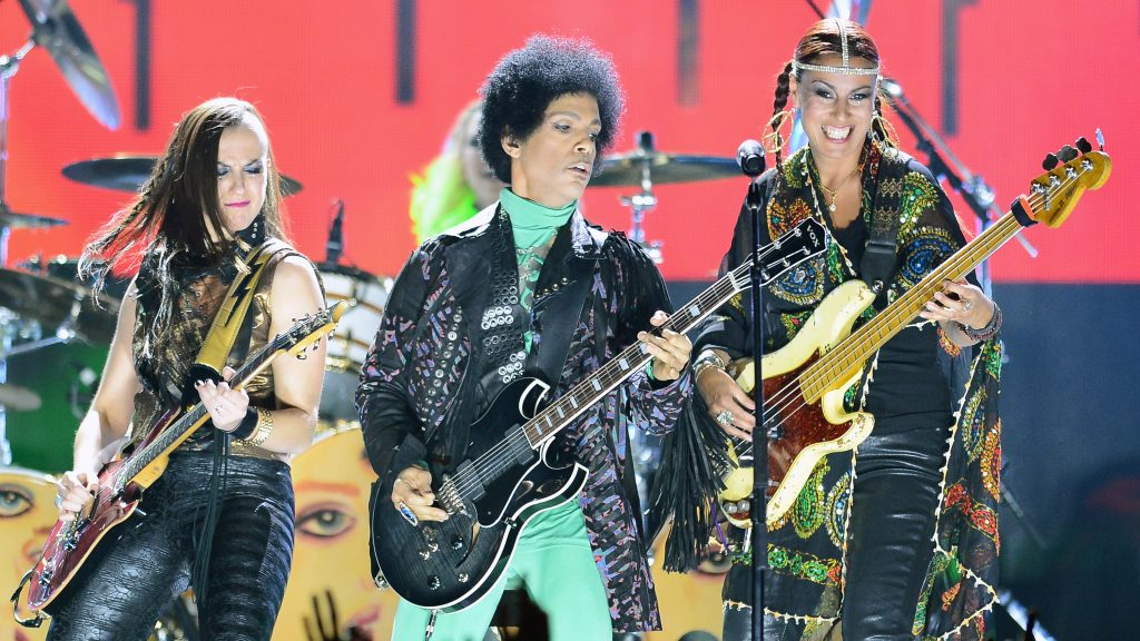 LAS VEGAS, NV - MAY 19: (L-R) Guitarist Donna Grantis, recording artist Prince and bassist Ida Nielsen perform onstage during the 2013 Billboard Music Awards at the MGM Grand Garden Arena on May 19, 2013 in Las Vegas, Nevada.   Ethan Miller/Getty Images/AFP