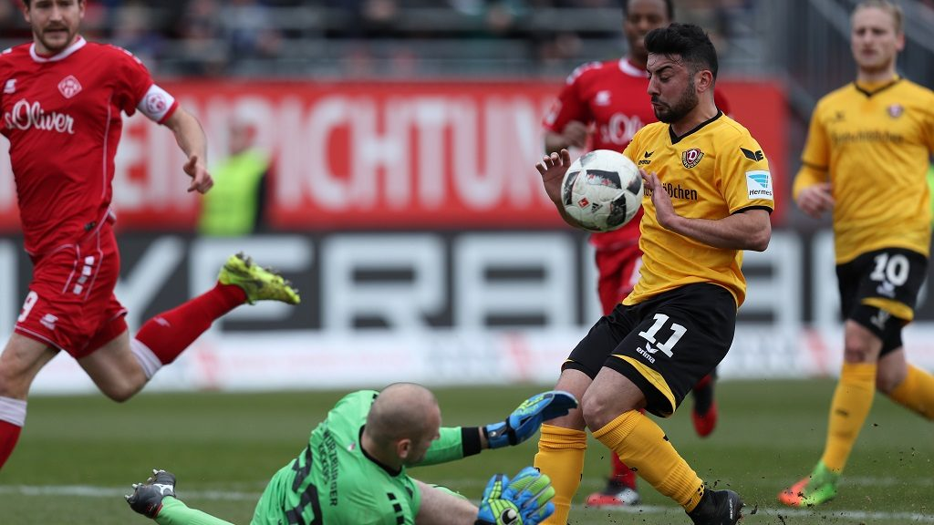 Soccer: 2nd Bundesliga, Wuerzberg Kickers vs. DynamoDresden, 24th match day at the FlyeralarmArena in Wuerzburg 11 March, 2017. The Wuerzburg goalkeeper Robert Wulnikowski fends off a ball in front of Aias Aosman (m.).  (EMBARGO CONDITIONS - ATTENTION: Due to the accreditation guidelines, the DFL only permits the publication and utilisation of up to 15 pictures per match on the internet and in online media during the match.) Photo: Daniel Karmann/dpa