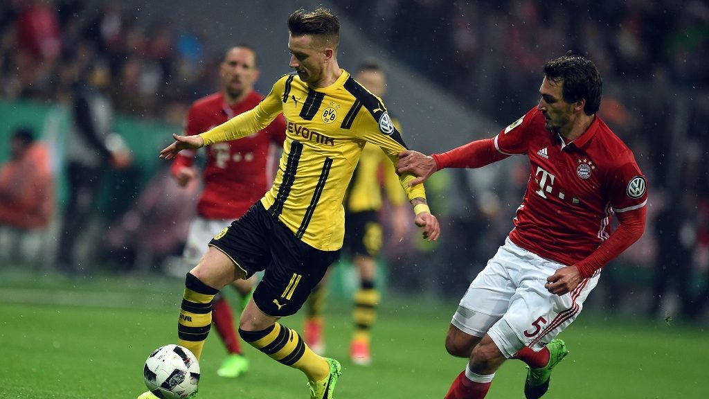 Munich's Mats Hummels (R) and Dortmund's Marco Reus fight for the ball during the DFBGerman Cup semi-final soccer match between Bayern Munich and Borussia Dortmund in the Allianz Arena inMunich,Germany, 26April 2017.   (EMBARGO CONDITIONS - ATTENTION: The DFB prohibits the utilisation and publication of sequential pictures on the internet and other online media during the match (including half-time). ATTENTION: BLOCKING PERIOD! The DFB permits the further utilisation and publication of the pictures for mobile services (especially MMS) and for DVB-H and DMB only after the end of the match.) Photo: Andreas Gebert/dpa