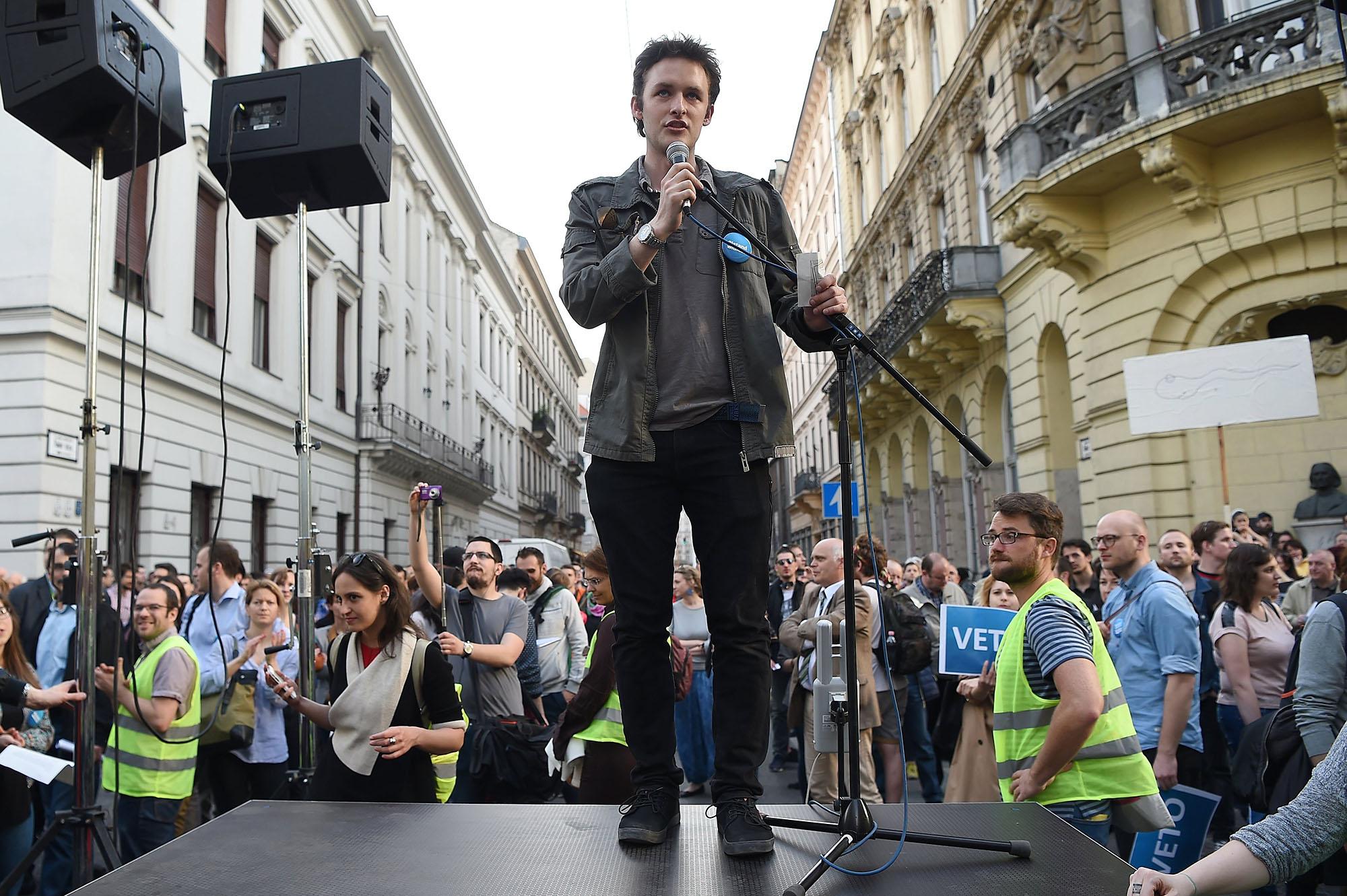 Budapest, 2017. április 4.Békés Gáspár, a Közép-európai Egyetem (CEU) hallgatója felszólal az Oktatási szabadságot csoport Élőlánc a CEU körül címmel meghirdetett demonstrációján, miután az Országgyűlés módosította a nemzeti felsőoktatásról szóló törvényt 2017. április 4-én. A módosítás értelmében a jövőben akkor működhet oklevelet adó külföldi felsőoktatási intézmény Magyarországon, ha működésének elvi támogatásáról államközi szerződés rendelkezik.MTI Fotó: Balogh Zoltán