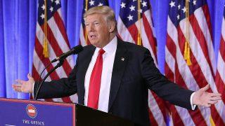 New York, 2017. január 11.Donald Trump megválasztott amerikai elnök e minőségében első sajtóértekezletét tartja a New York-i Trump-torony előcsarnokában 2017. január 11-én. (MTI/EPA/Justin Lane)