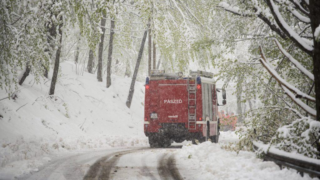 Mátraszentimre, 2017. április 19. Egy tûzoltó szerkocsi halad a hóesésben Mátraszentimre közelében 2017. április 19-én. MTI Fotó: Komka Péter