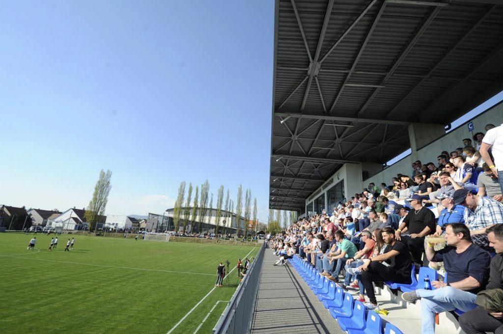 Kozármisleny, 2017. április 2. A közönség a felújított kozármislenyi futballstadiont avatásán 2017. április 2-án. MTI Fotó: Lendvai Péter