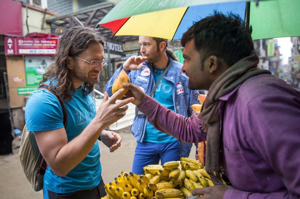 Katmandu, 2017. április 4.Klein Dávid (b) és Suhajda Szilárd (k) hegymászók, a Magyar Everest Expedíció 2017 tagjai egy piacon Nepál fővárosában, Katmanduban 2017. március 29-én. Az expedíció célja a Föld legmagasabb csúcsa, a 8848 méter magas Mount Everest (Csomolungma) elérése oxigénpalack nélkül, elsőként a magyar expedíciós hegymászás történetében.MTI Fotó: Mohai Balázs